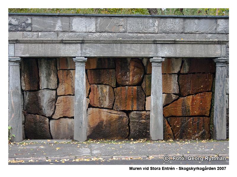 Muren vid stora entrén - Skogskyrkogården