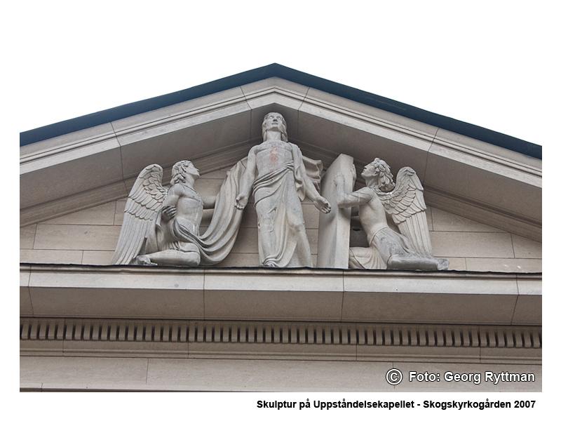 Skulptur på Uppståndelsekapellet - Skogskyrkogården